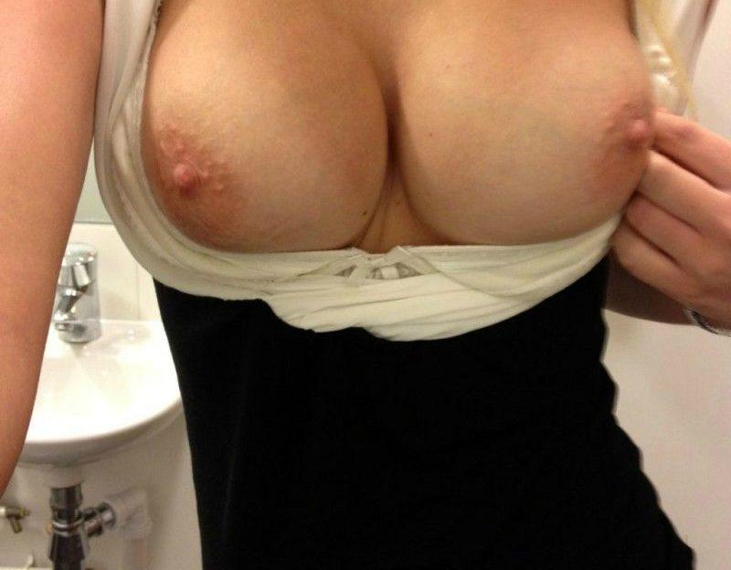 Nacktes Sexcam girl direkt vor der Cam steht auf pussy fummeln