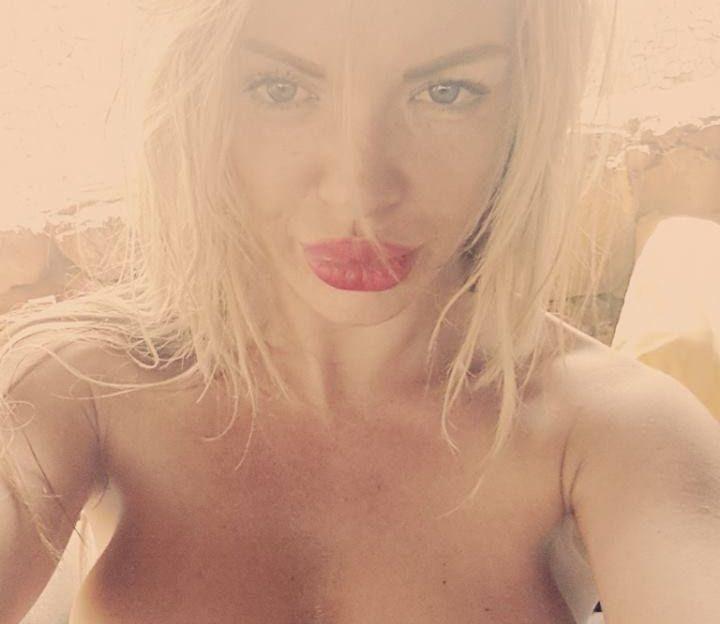 Sexy Frau fingert sich die Pussy vor der Sexcam