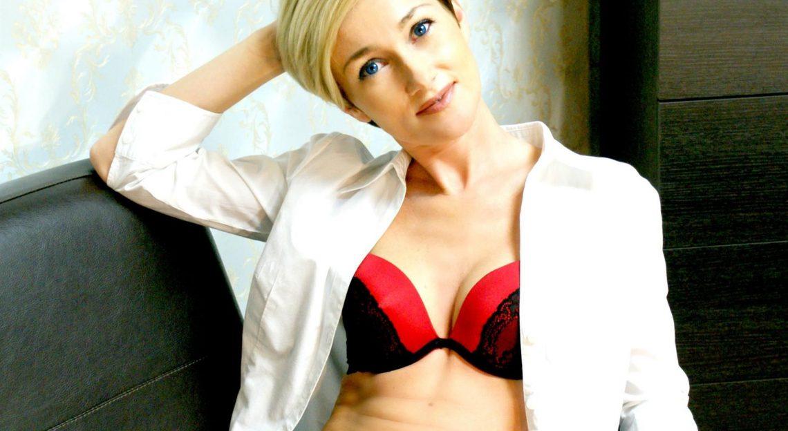 Sexy Pussycam Hure mit blonden Haaren