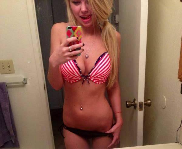 Sexy Sexcamgirls holen gerne ihre geilen Titten raus