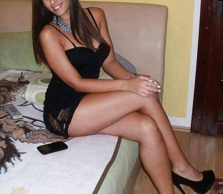 Sexy Striptease beim Live Sex Chat mit diesem notgeilen Girl