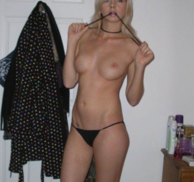 Vor der Sexcam zeigt sie ihre rasierte Muschi